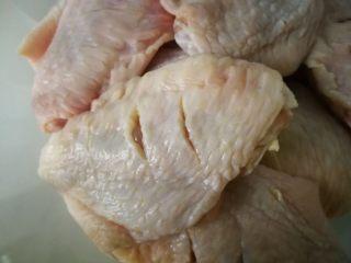 家常菜啤酒鸡翅,鸡翅清洗干净后,用刀在正反两面,划两刀。