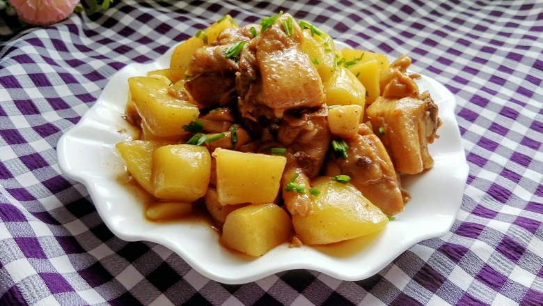 土豆烧鸡块,撒上香葱,土豆软烂,鸡肉香滑,好吃的停不下来。