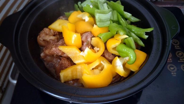 黄焖鸡,加入青椒彩椒翻炒一下