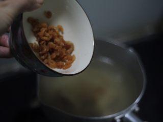 鸡汤云吞面,暖暖的味道,把之前熬好的鸡汤单独再煮一下,放泡好的海米,滚2分钟提鲜。
