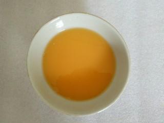 蜜橙糕,将土豆粉、橙汁、白糖倒一起,混合均匀
