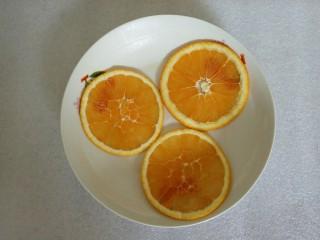 蜜橙糕,盘里放入切好的橙子薄片