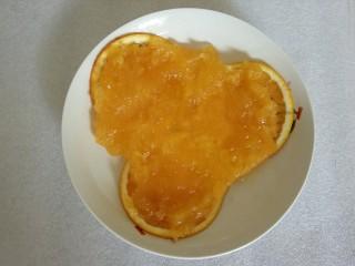 蜜橙糕,把熬好的浓稠液均匀舀到橙子薄片上