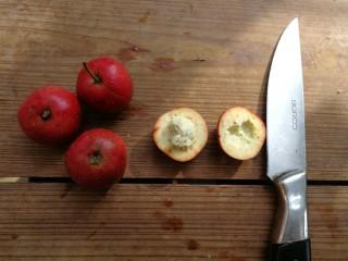 山楂糕,用水果刀沿山楂中间横切一圈,一分为二