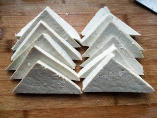 家常豆腐--挑逗你的味蕾,<a style='color:red;display:inline-block;' href='/shicai/ 465/'>豆腐</a>切成1cm厚的三角块。