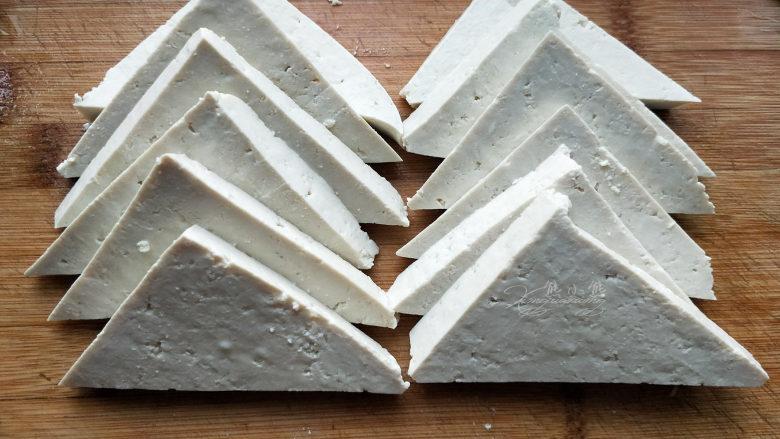 家常豆腐--挑逗你的味蕾,豆腐切成1cm厚的三角块。