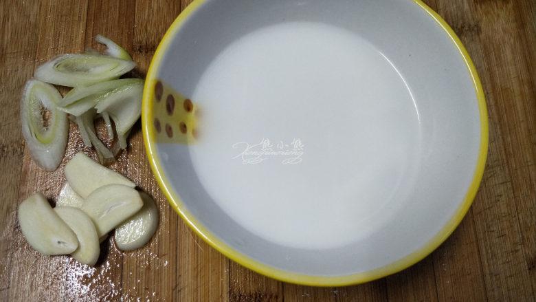 家常豆腐--挑逗你的味蕾,葱和蒜都切片。再用一个小碗倒半碗水,放一勺淀粉搅拌均匀备用。