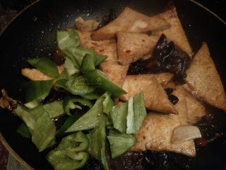 家常豆腐--挑逗你的味蕾,放入青椒。如果觉得没有汤汁了,可以多加一点点水。