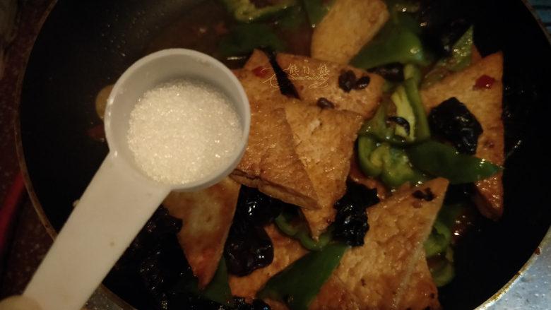 家常豆腐--挑逗你的味蕾,放1/2小勺的糖。翻炒一下,注意不要把豆腐炒的碎了。