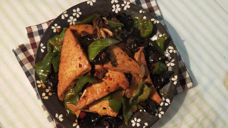 家常豆腐--挑逗你的味蕾,咸香可口,又有点微甜,是极好的米饭伴侣。。做法也很简单,动手做起来吧。。