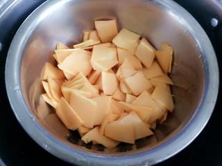 元宝馒头,放一个碗里,上锅蒸二十分钟