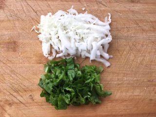 菜豆腐,新鲜蔬菜用刀切细丝。