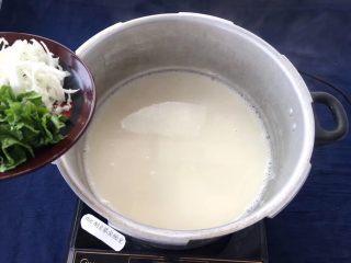 菜豆腐,豆浆烧开后,把切好的蔬菜倒入锅中再次烧开。