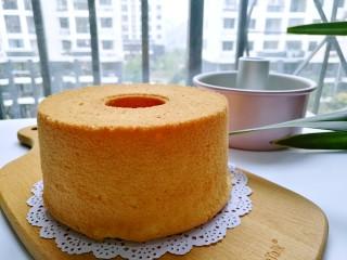 桔子汁戚风蛋糕,完全冷却后脱模切块