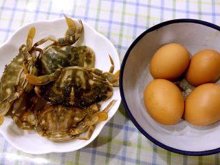 螃蟹蒸蛋羹,准备原材料鸡蛋和螃蟹是鲜活的