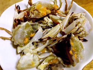 螃蟹蒸蛋羹,螃蟹去掉杂质洗净一切为二