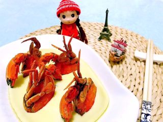 螃蟹蒸蛋羹,可爱的小姑娘已经被美味深深的吸引了