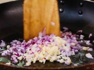 茄汁意面,锅里加橄榄油下入葱、蒜