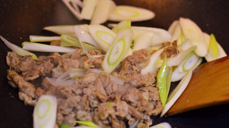 葱爆羊肉,放入大葱翻炒。