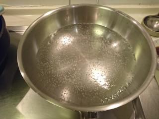 清蒸鱸魚,起熱水!準備蒸魚。