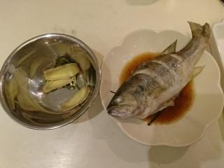 清蒸鱸魚,輕輕的把薑片跟蔥圈撤掉。
