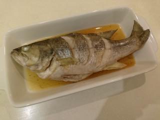 清蒸鱸魚,幫魚換個盤子!湯汁一起。