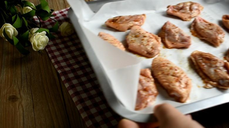 香辣烤翅,烤箱预热。200度烤30分钟,记得翻一次面,再烤5-10分钟即可