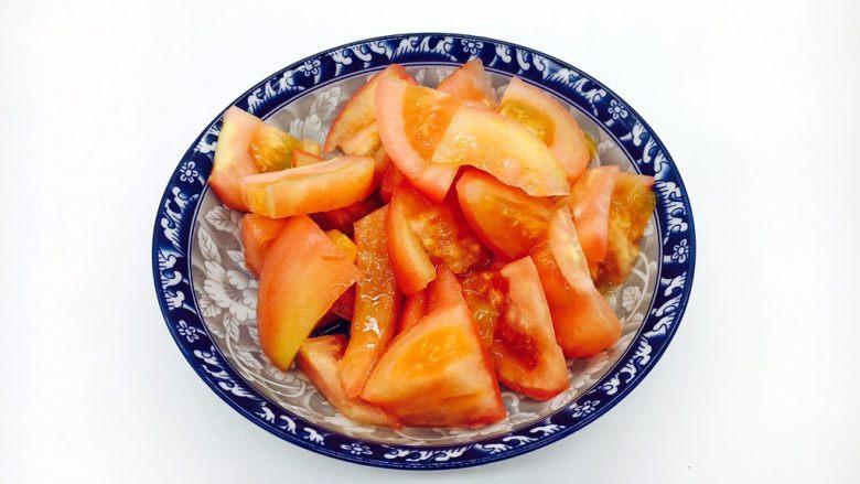#懒人料理# 西红柿炒鸡蛋圆白菜,把西红柿切成块,块的大小随你喜欢。