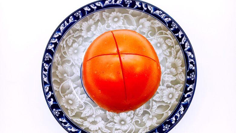 #懒人料理# 西红柿炒鸡蛋圆白菜,在西红柿的顶部划个十字刀。