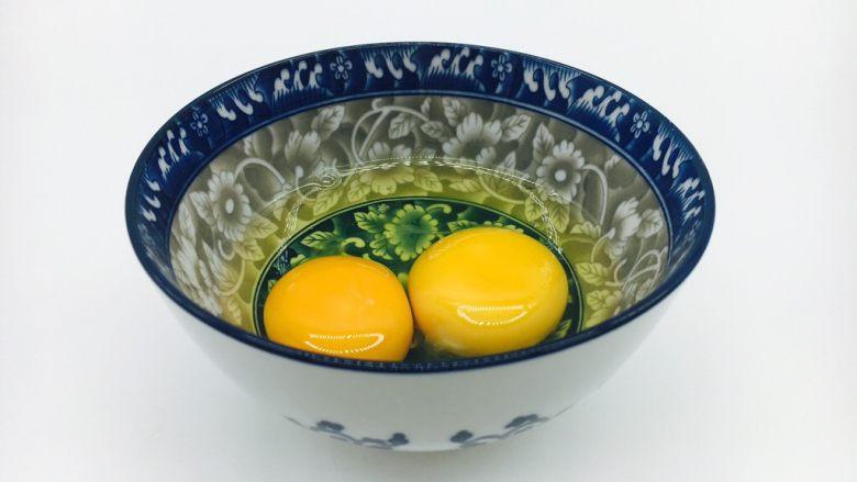 #懒人料理# 西红柿炒鸡蛋圆白菜,鸡蛋磕入碗中,搅打均匀备用。