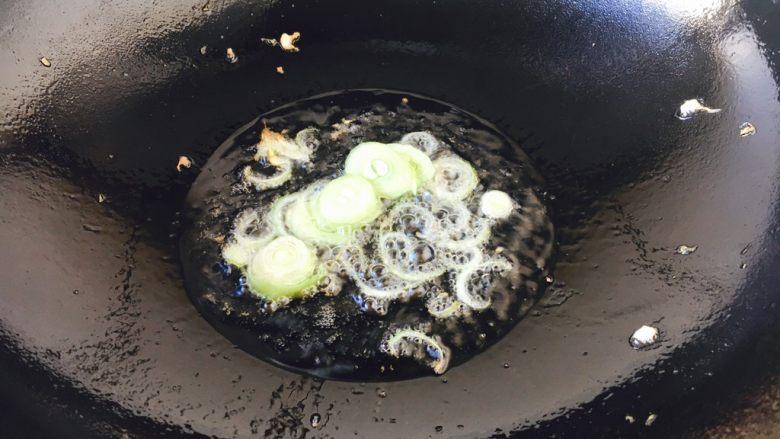 #懒人料理# 西红柿炒鸡蛋圆白菜,锅里放油,当油温三成热时爆香葱花。