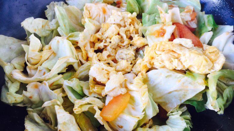 #懒人料理# 西红柿炒鸡蛋圆白菜,然后放入炒好的鸡蛋。