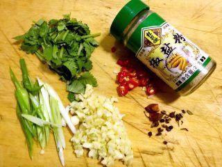 椒盐虾爬子,准备好葱、蒜、香菜、红辣椒、花椒、、大料、椒盐粉