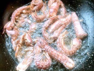 椒盐虾爬子,炸至虾爬变色再炸2分钟即可出锅