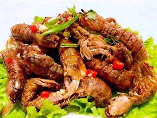 椒盐虾爬子,烹调好的椒盐虾爬盛入盘中撒上红辣椒粒