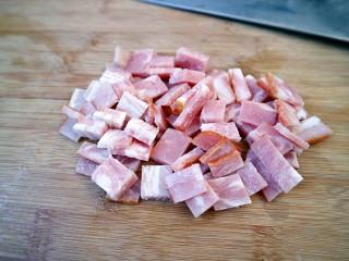 培根口蘑芝香披萨,培根切成小块。