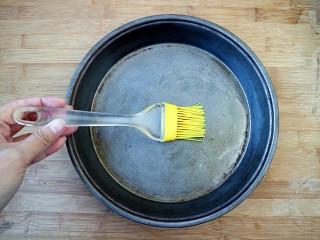 培根口蘑芝香披萨,披萨盘刷层底油。