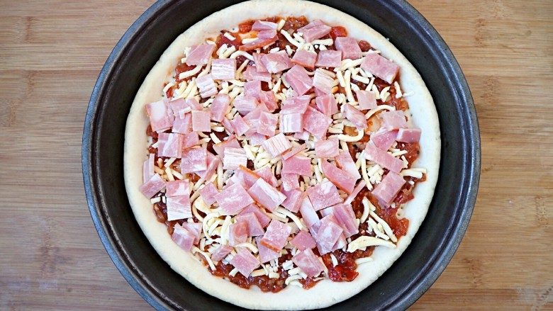 培根口蘑芝香披萨,第三层铺上培根。