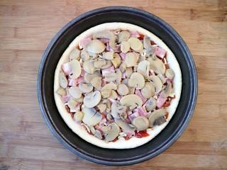 培根口蘑芝香披萨,第四层均匀的铺上口蘑。