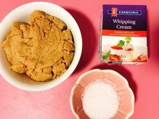 栗子蛋糕,接下来做栗子奶油。我做的一般比较...粗糙...不是你们熟知的蒙布朗那样的栗子奶油...栗子泥随便来一碗,自己打的还有很颗粒感,淡奶油和糖,就这样。