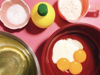 栗子蛋糕,准备蛋糕胚的材料,为了瑟瑟发抖的冬天少洗一点盘子,我把牛奶、蛋黄、油放一起称量了...