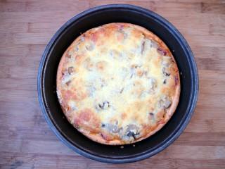 培根口蘑芝香披萨,表面微微焦黄,即可取出。