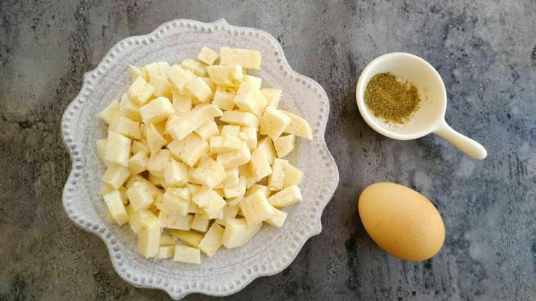 椒盐香炒馒头丁,再切小丁备用