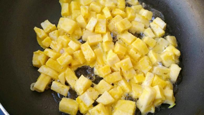 椒盐香炒馒头丁,放入裹上鸡蛋液的馒头丁蛋炒
