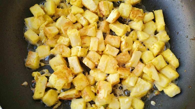 椒盐香炒馒头丁,炒到馒头丁两面金黄