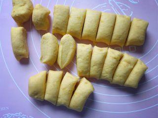 香甜红薯丸子,将面团搓成条状,再切成差不多大的小剂子。(剂子的大小随自己喜好来定)