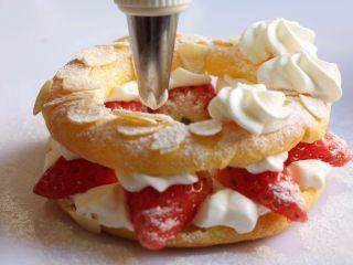 车轮泡芙,然后再依次裱上喜欢的花纹,草莓点缀。