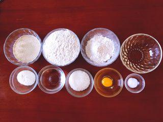 牛奶吐司,将牛奶,高精面粉,低筋面粉,玉米油,奶粉,水,白糖,鸡蛋,盐准备好