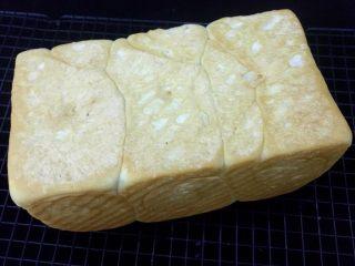 牛奶吐司,烤好后侧倒从磨具放到架上晾凉