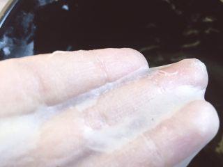牛奶吐司,将水倒入面包机中点和面功能十分钟后加入盐在和面十分钟出手套膜